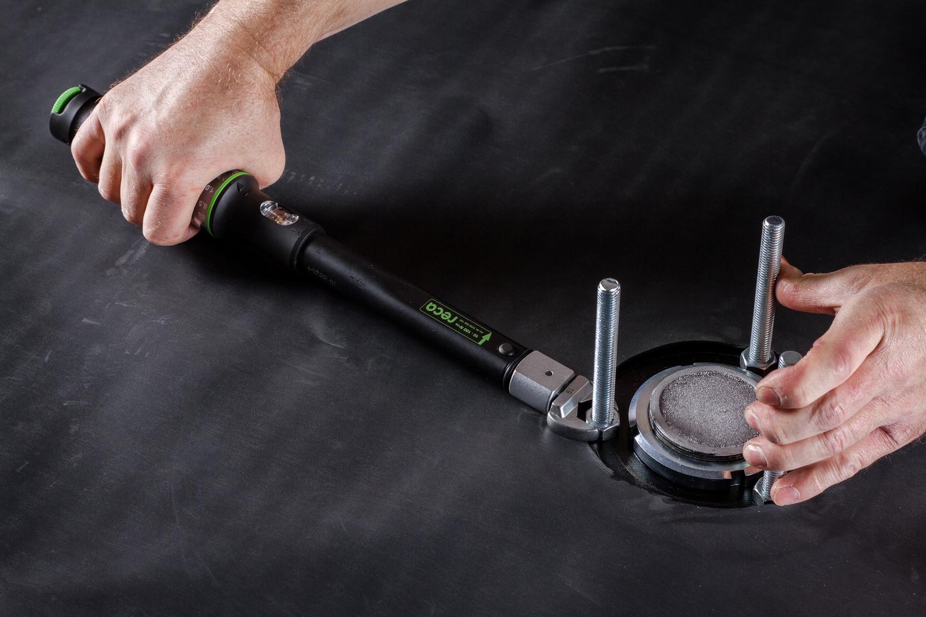 Das Drehmoment mit dem Drehmomentschlüssel (BefTec Montagekoffer) einhalten.
