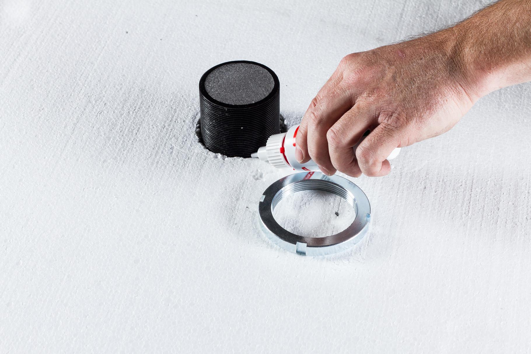 Nach Verlegung der Dämmung (Tipp: BefTec Handschneider für Dämmung) die Schraubensicherung (BefTec Werkzeugkoffer) auftragen.