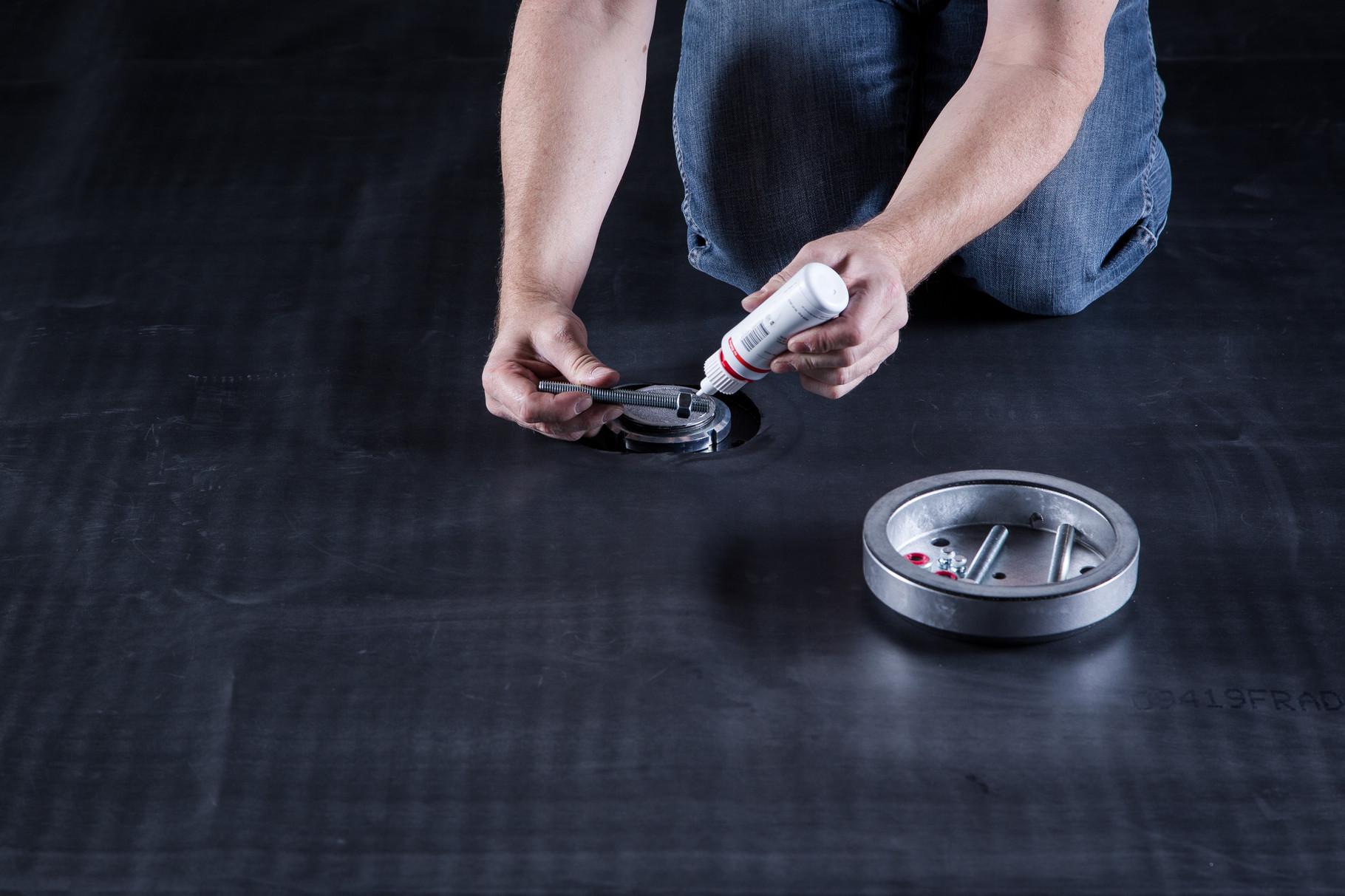 Die Kontaktfläche auf Dachbahnen reinigen und auf die Gewindestangen die Schraubensicherung anbringen.