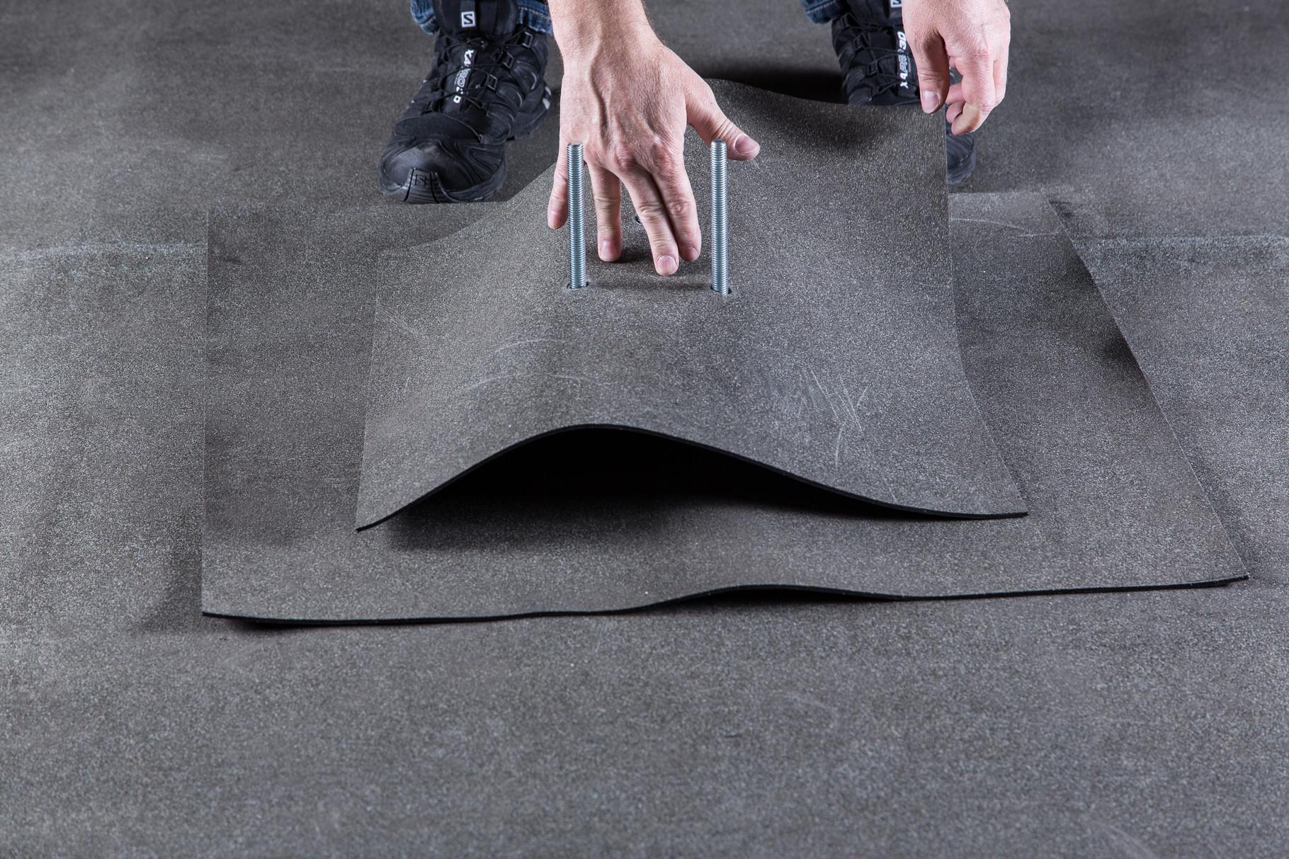 Den Bitumen Dach-Flicken über die Gewindestangen führen. Zwischen der Unterkonstruktion und der Dachbahn sind keine Kleb- oder Dichtstoffe zulässig!