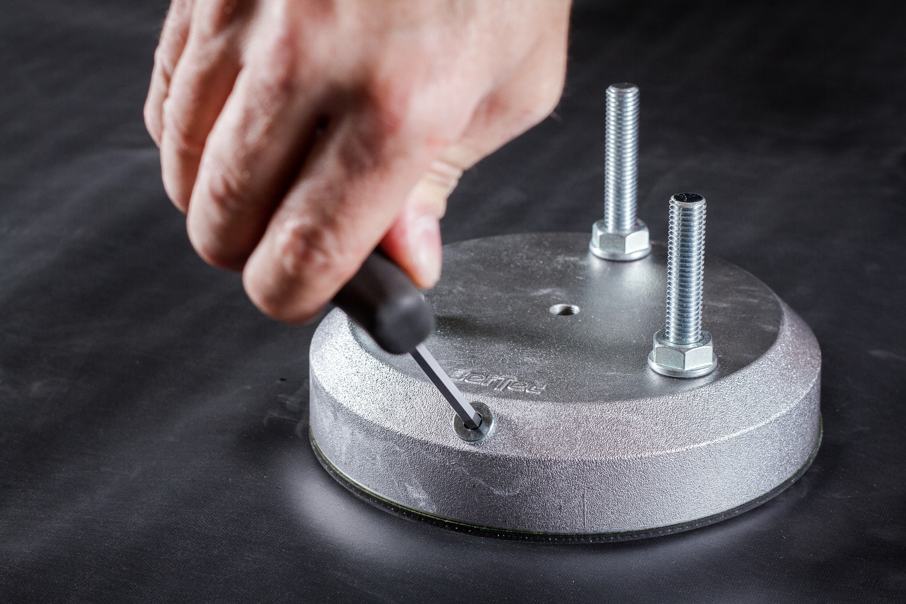 Die Verschlussschraube mit dem Stiftschlüssel (BefTec Montagekoffer) eindrehen.