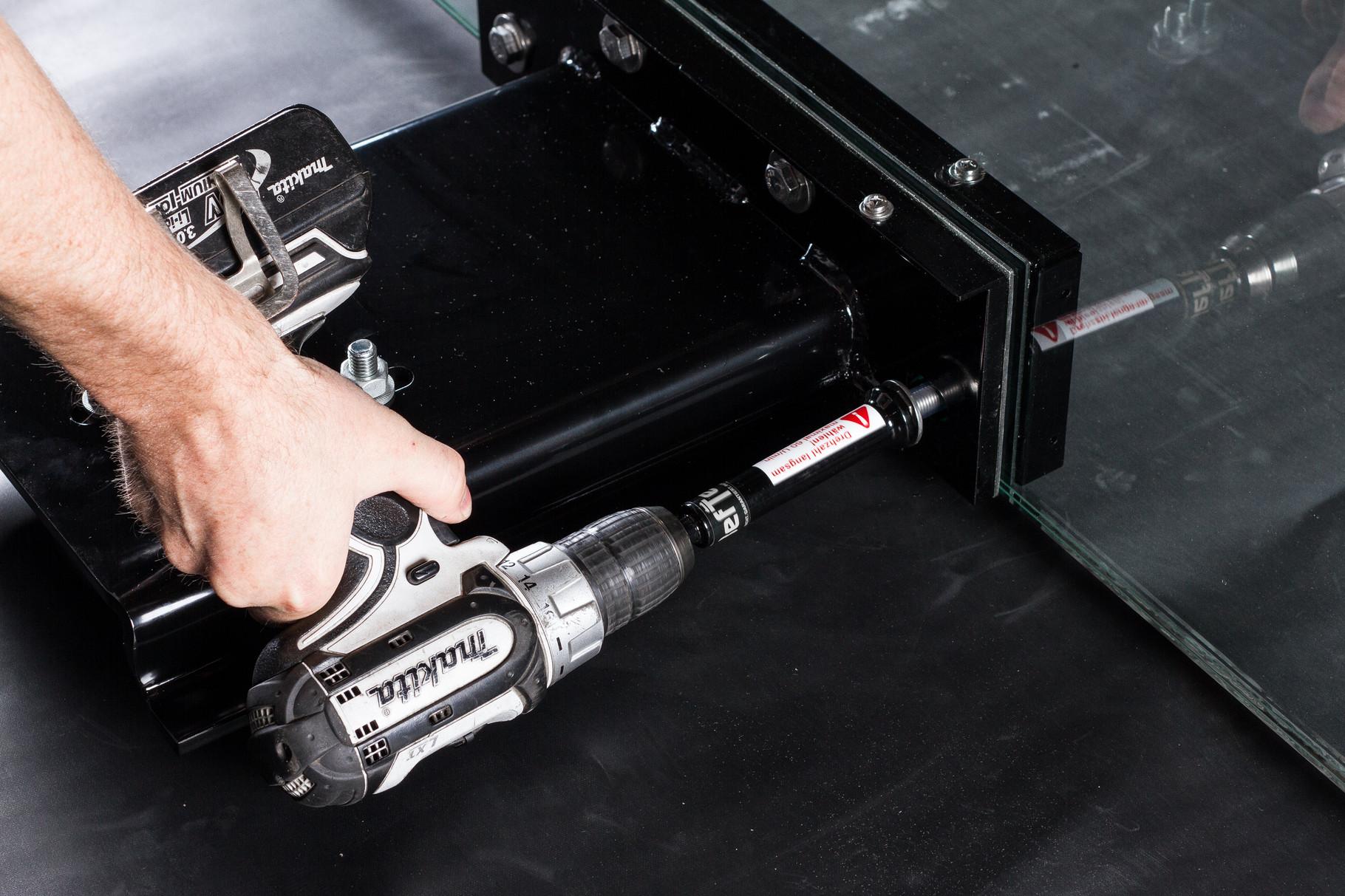 Mit dem Steckschlüssel 17 (BefTec Montagekoffer) die Gegenplatte festschrauben.