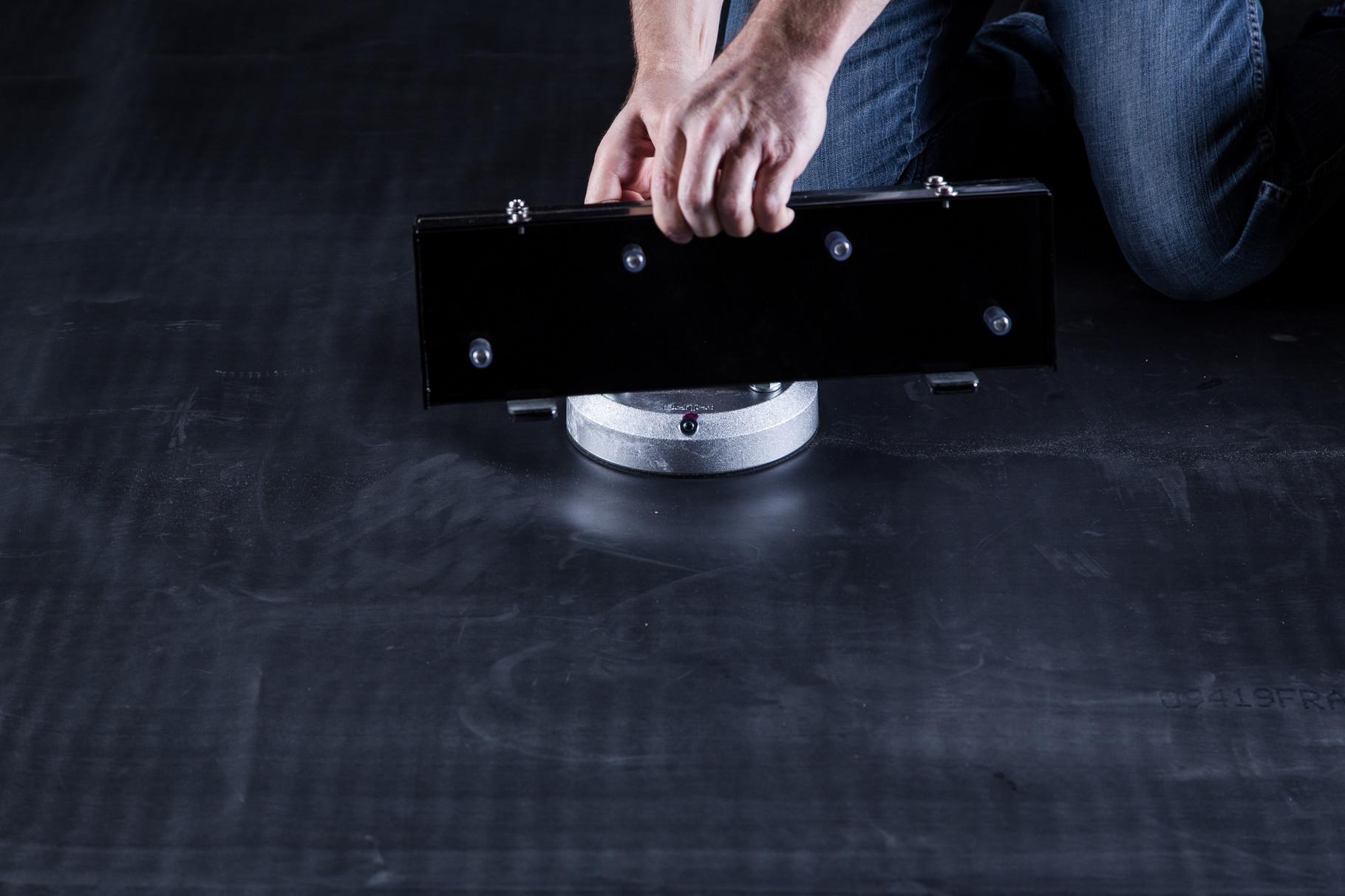 Die BefTec Glaskonsole mit Ripp Lock Sicherungsscheiben und Muttern fixieren.