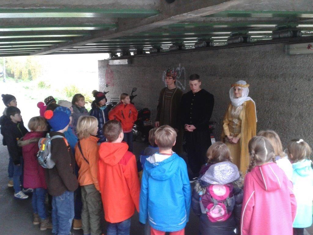 Unter der Markusbrücke am Leinritt erfuhren die Domschüler Interessantes über die Gegensätze von Arm und Reich und die damalige Bedeutung der Kirche.