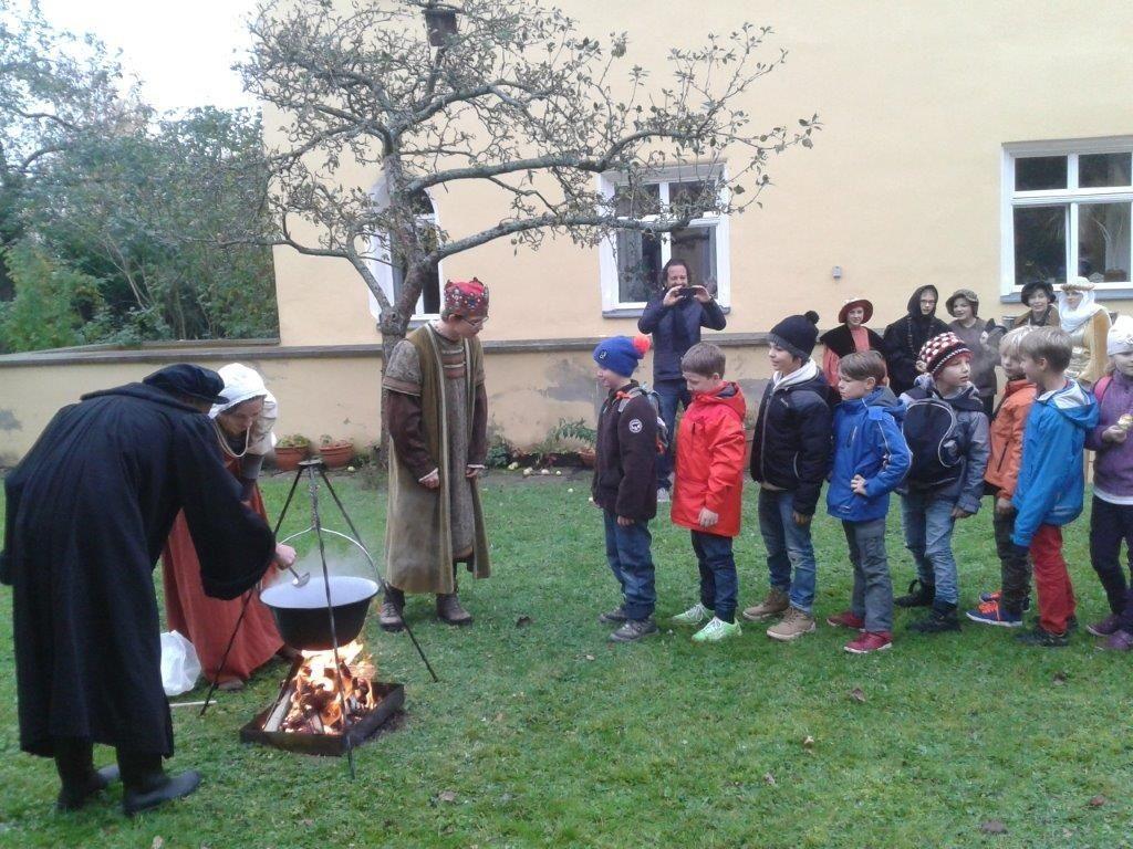 Mit einem Kräutertee am offenen Feuer verabschiedeten sich die Schüler und Lehrkräfte von einem Rundgang,...