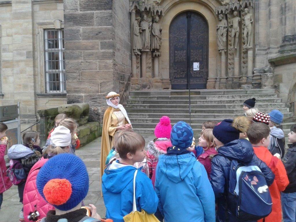 Am Dom hörten sie eine Sage über die beiden Glocken.