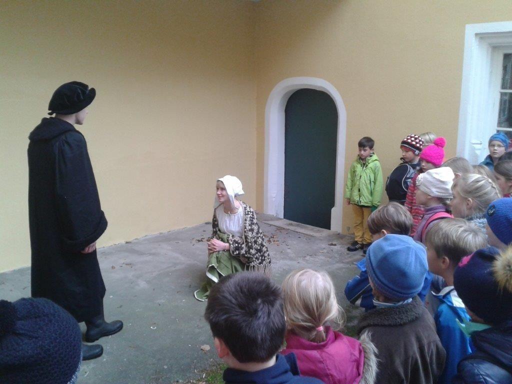 In einem kleinen Schauspiel erleben die Schüler einen Prozess, in dem eine unschuldige Frau zur Hexe erklärt und verurteilt wird.