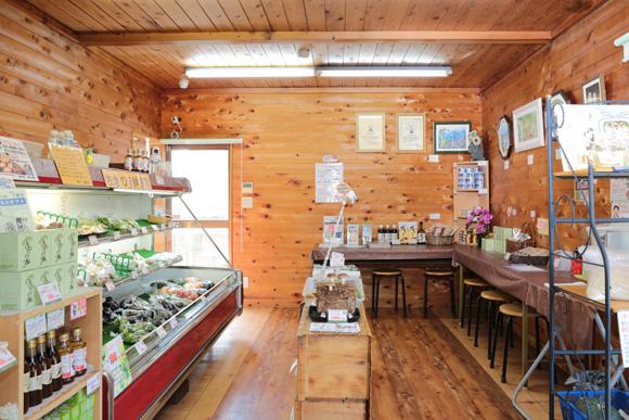 地元採りたての新鮮な野菜などを品揃え