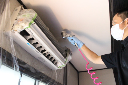 コーティング剤噴霧の様子2|エアコンの防カビ・抗菌・防臭コーティング