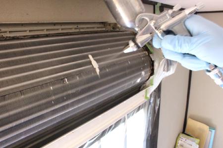 コーティング剤噴霧の様子1|エアコンの防カビ・抗菌・防臭コーティング