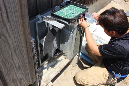 電子基板取り外しの様子|エアコン室外機クリーニング