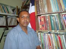 Profesor Angel Medina, director biblioteca