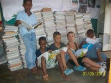 Estudiantes estudiando en el suelo