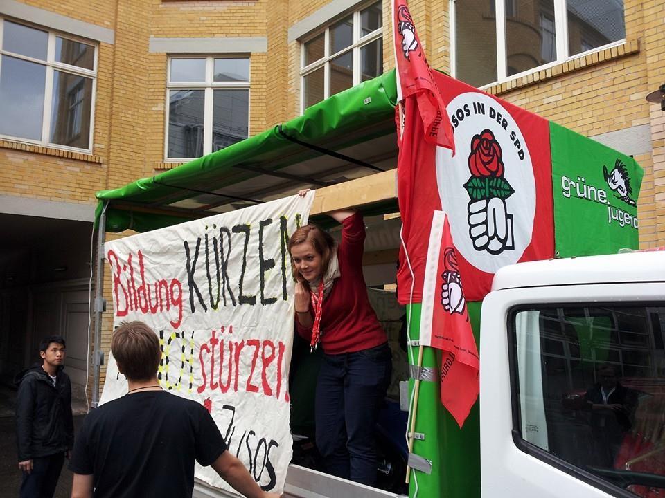 """Demonstration unter dem Motto: """"Kürzer geht's nicht"""""""