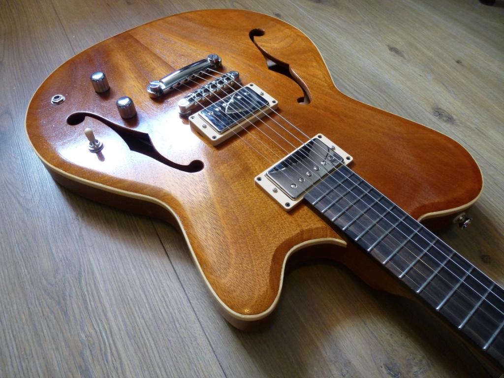 Hollowbody gitaar, Mahonie en ebben