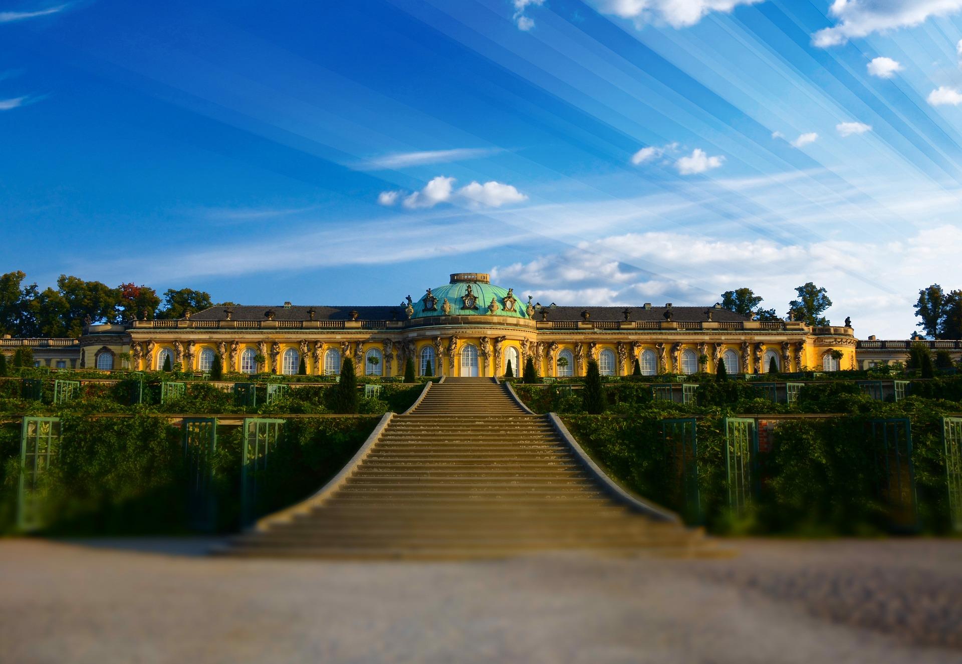 Stilecht Schloss Sanssoucci mit dem Aston Martin besuchen