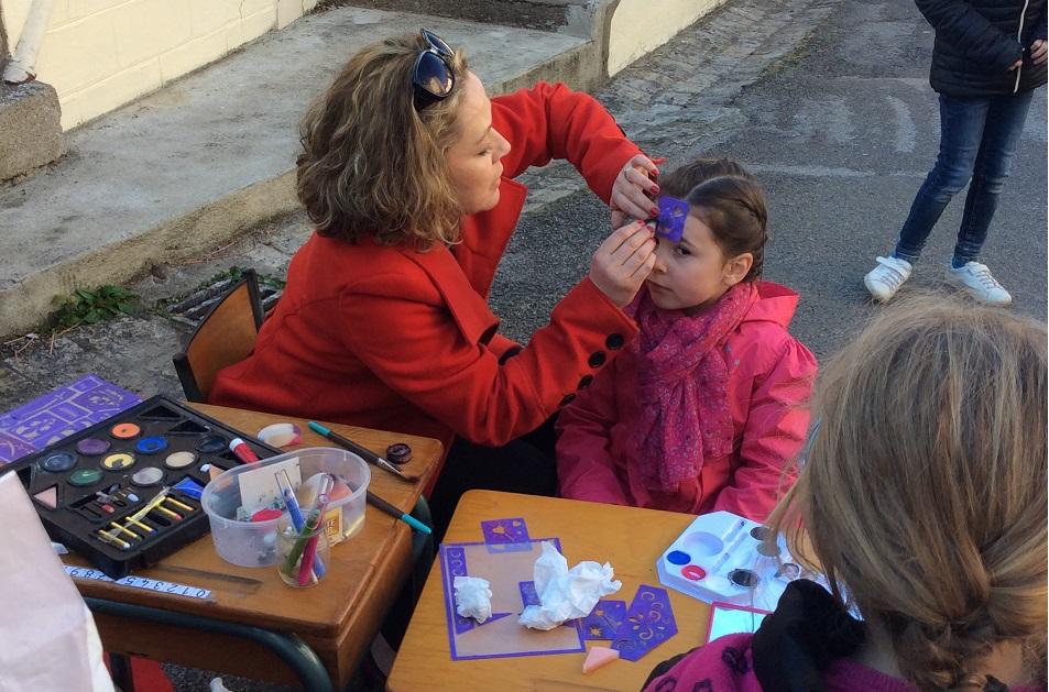 Maquillage devant le chalet de l'école