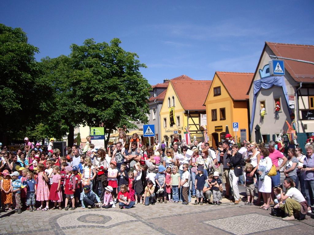 Zuschauer am Dorfanger bei der Kasperiade