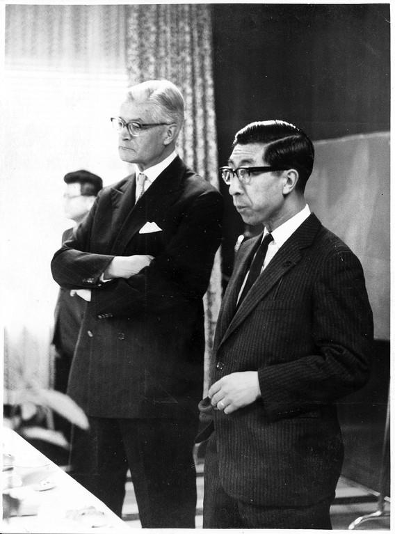左から、アルムクヴィスト大使、三笠宮殿下