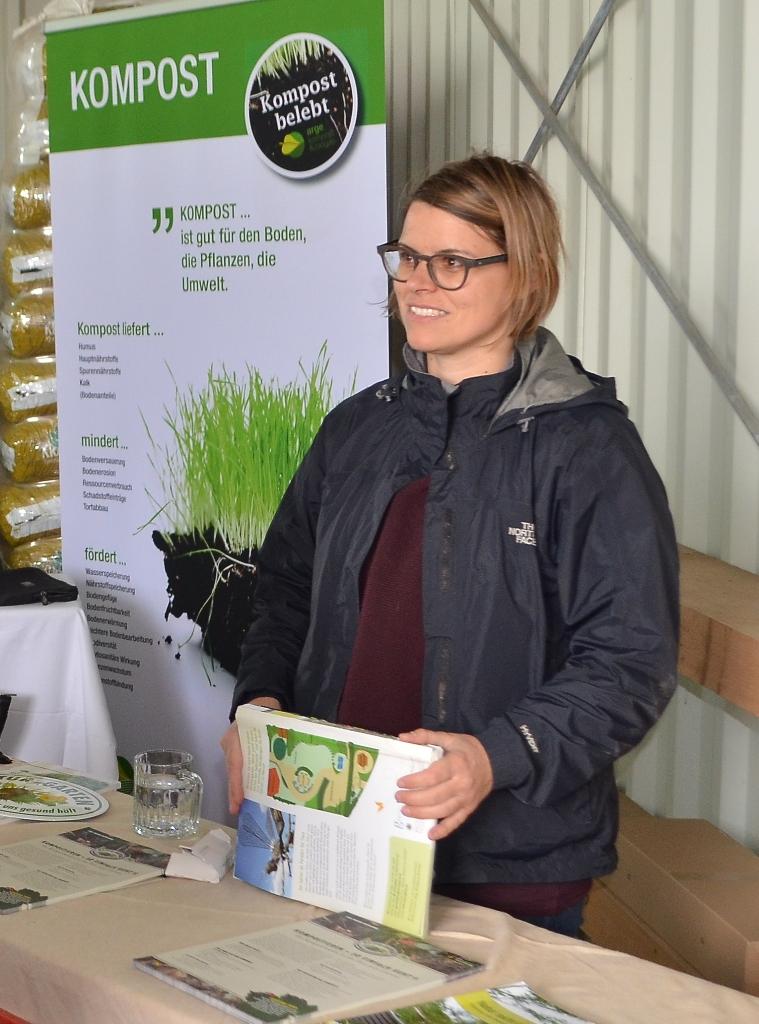 Petra Hirner von Natur im Garten erklärt Kompostanwendung