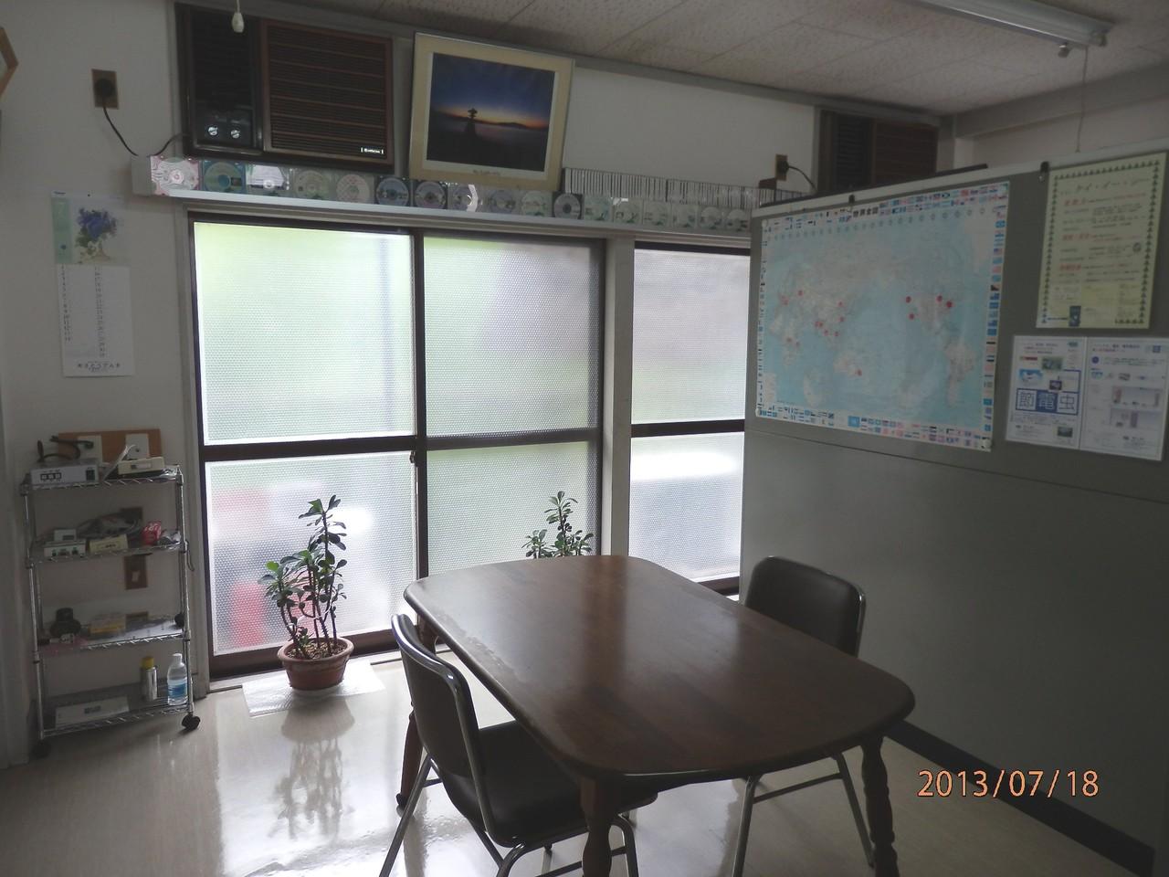 KECビル2階、202号室(10坪)内部(10坪)(釜本事務所、接客コーナー、室内から外窓方向)