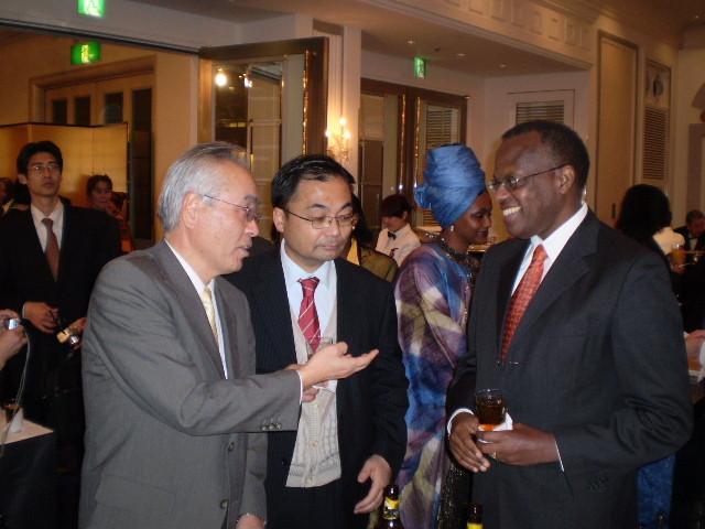 ケニア第45独立記念日パーティー 2008.12.12 ルワンダ・ルワマシラボ駐日大使と歓談、通訳