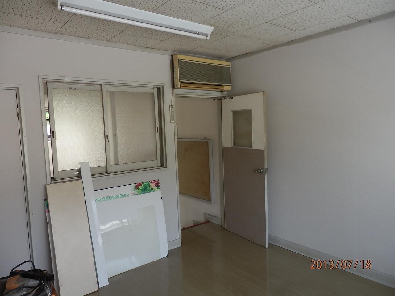 KECビル2階、203号室(2.5坪)室内から入口方向