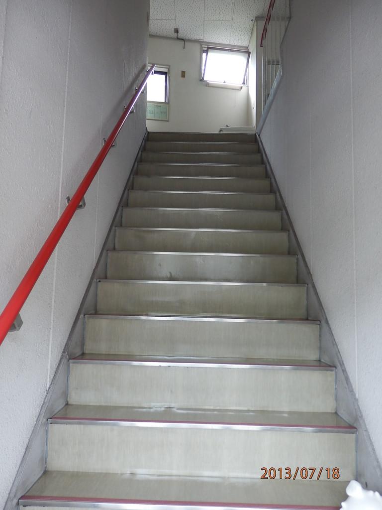 KECビル中央入口から2階への階段
