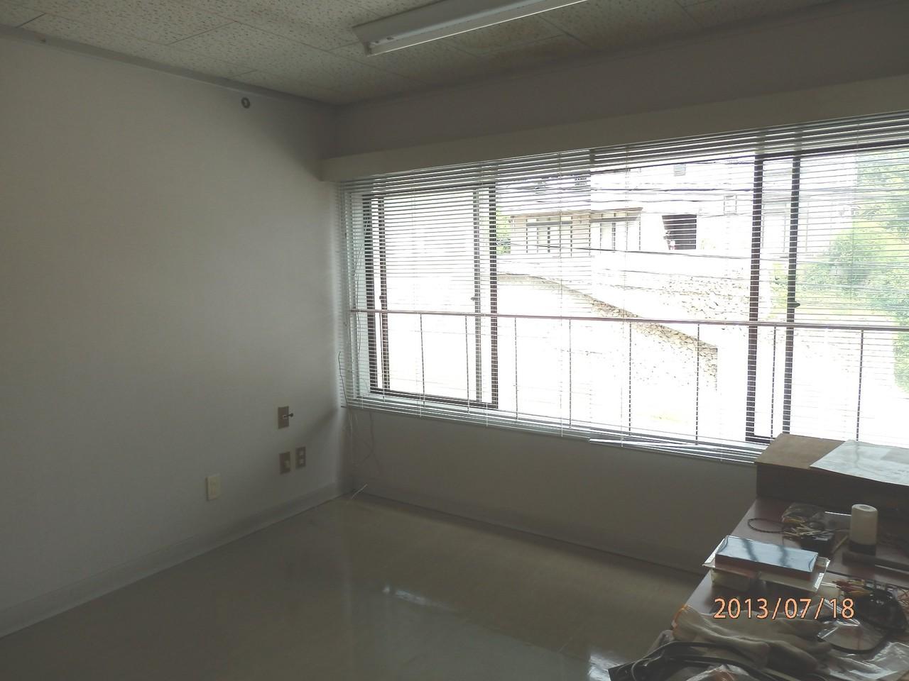 KECビル2階、203号室(2.5坪)室内から外窓方向