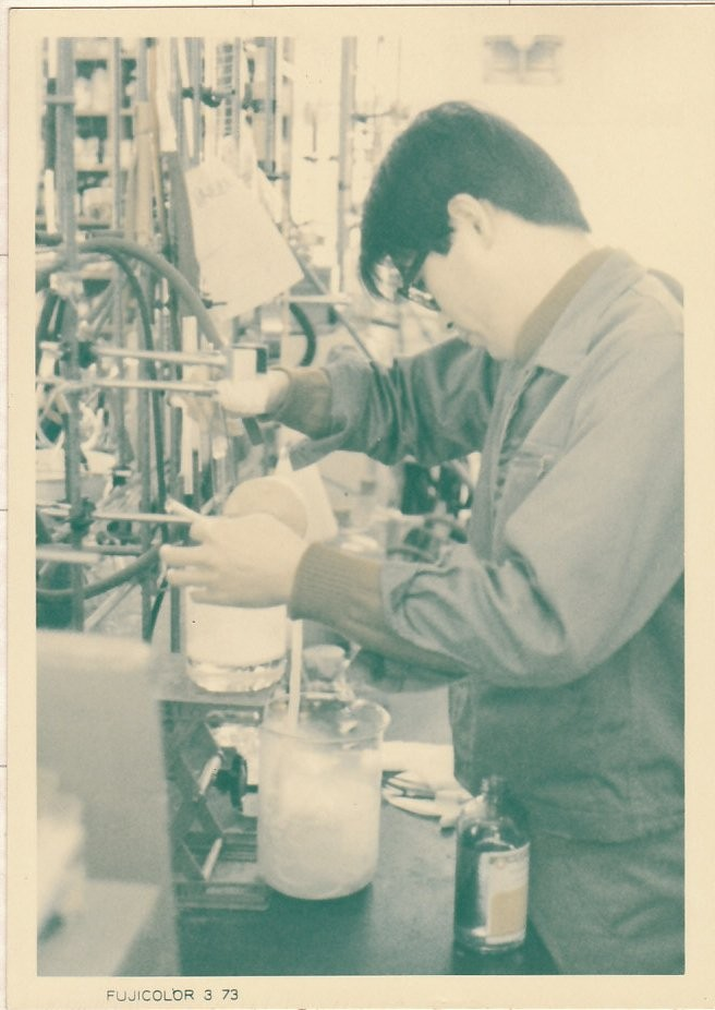 1973年 京都工芸繊維大学で高分子合成実験中 New polymer synthesizing experiment at Technical Institute of Kyoto in 1973