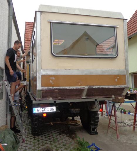 Mit dem Wohnwagen auf der Pritsche.