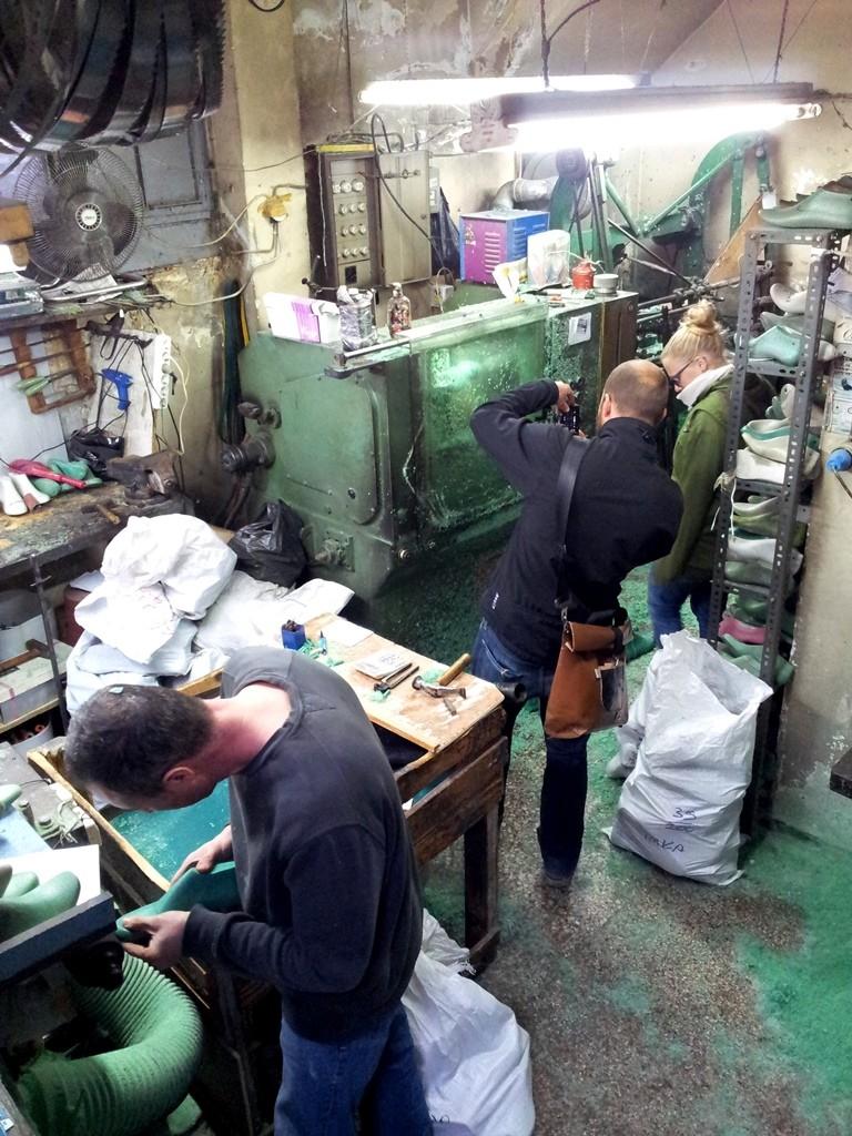 Hier werden Rohlinge gefräst die die umliegenden Schuhmacher verwenden