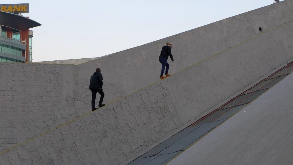 In  Tirana wird auf die Pyramide geklettert. Das wir es am Ende auch wieder runter schaffen war nicht ganz klar.