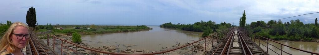 In Lankaran überqueren wir den Fluß wie alle auf den Gleisen