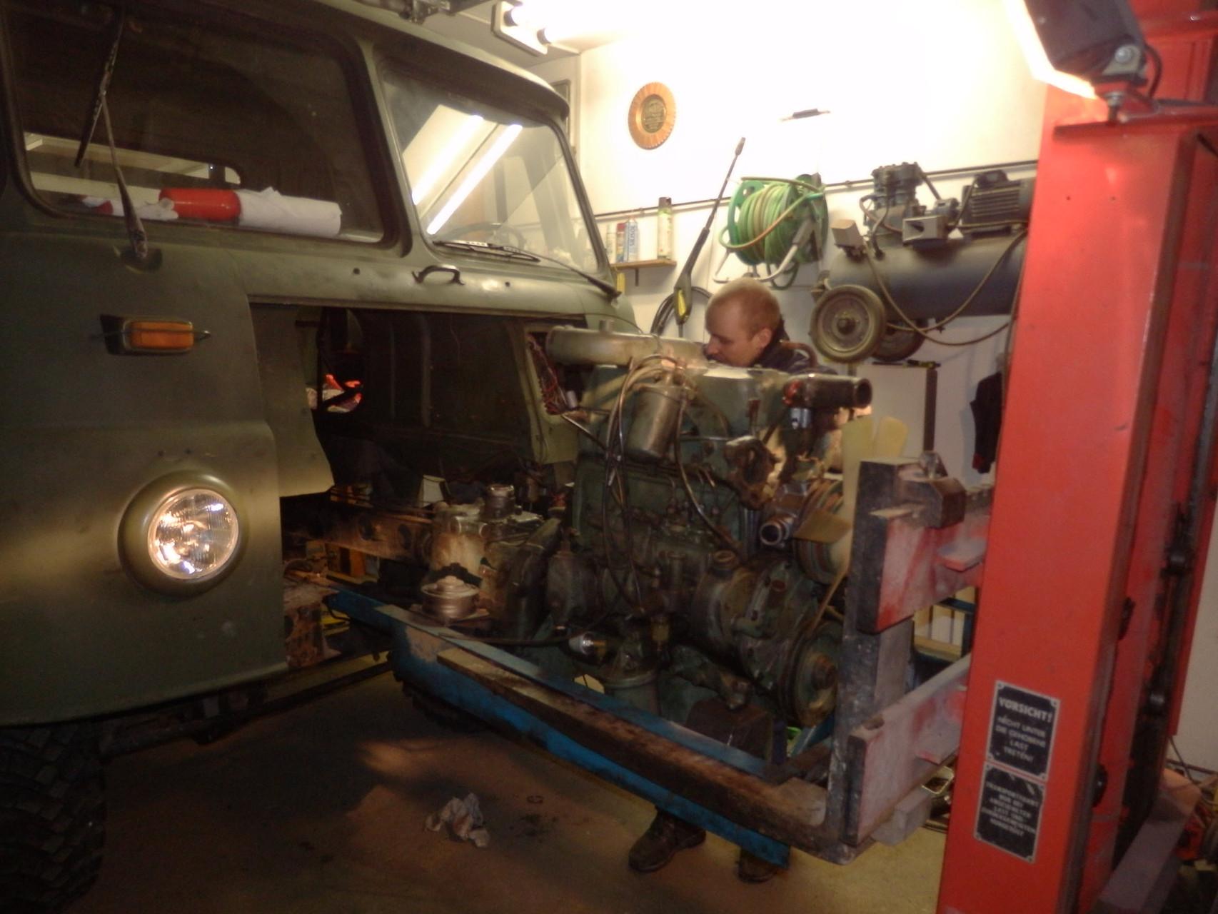 Ein anderer Motor bahnt sich seinen Weg.