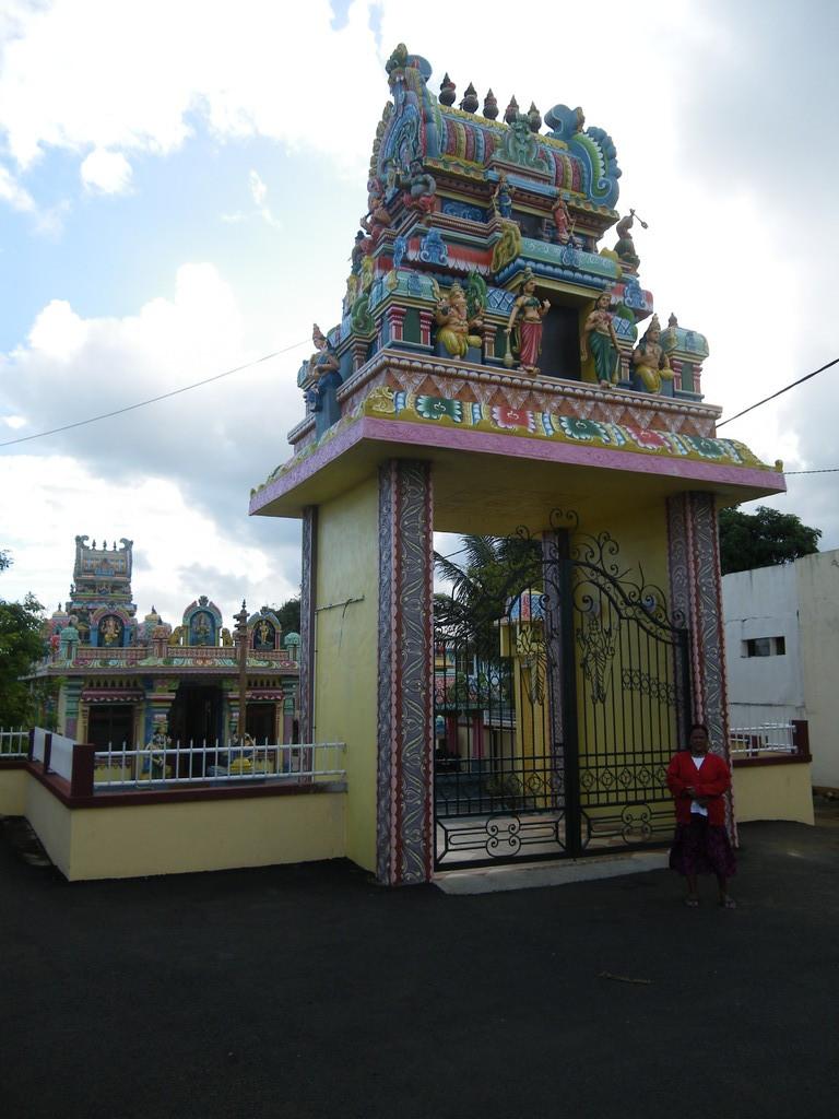 Bunte Tamilen-Tempel findet man auf der ganzen Insel