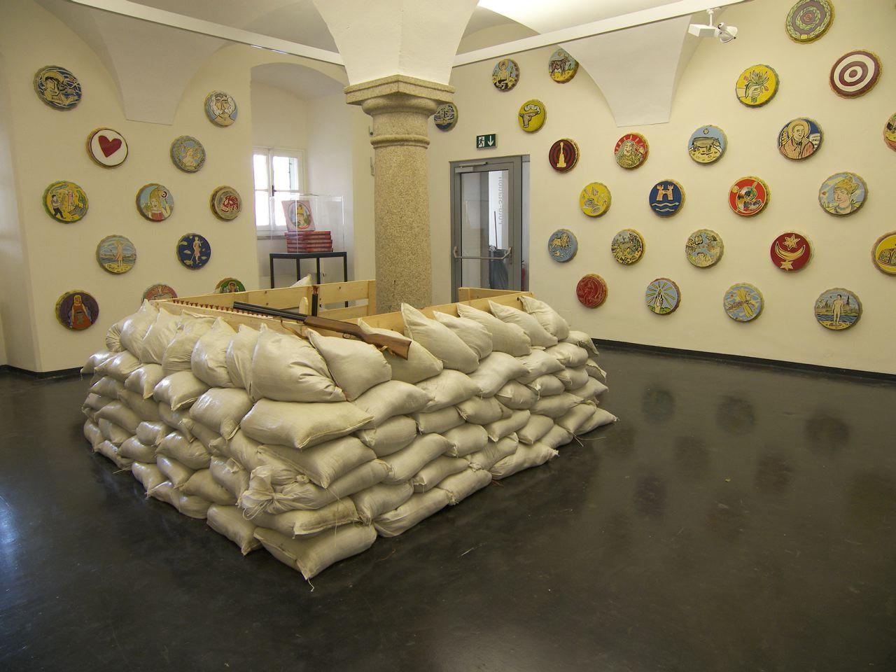 Moritz Götze, Viele Welten-Tortenschlachten, Ausstellungsansicht Museum Nordico / Brunnhofer Galerie, 2009