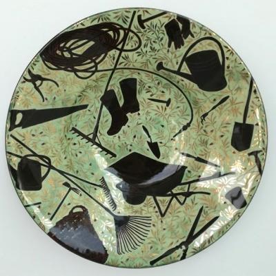 """Grita Götze, """"Gartengeräte"""", Keramik, Engobemalerei"""