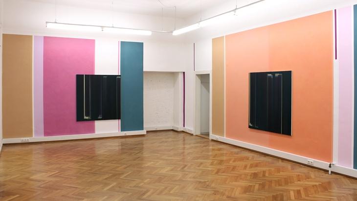 Elisabeth Sonneck, schwarz licht x kalt gold / Acryl und Wachs-Harz-Lasuren auf Wand, 3.18 x 20.58 m, und Öl auf Leinwand, je 145 x 145 und 100 x 100 cm, Brunnhofer Galerie, Linz (A), 25.11.2012 - 14.1.2013 (Foto: Brunnhofer)