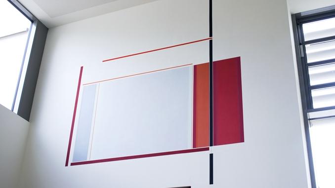 Elisabeth Sonneck, Red Values | Foyer linke Seite, Acryl und Wachs-Harz-Lasuren auf Wand, ca. 330 x 300 cm, mit Dehnfuge, Arbeiterkammer Oberösterreich, Jägermayrhof, Linz (A), in Kooperation mit Brunnhofer Galerie, seit Juli 2016