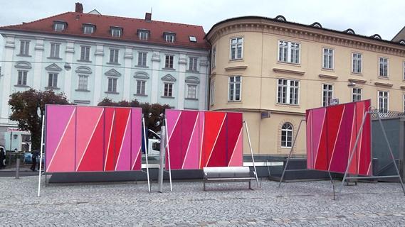 Elisabeth Sonneck, Ansichtssache: Roter Platz / 6 billboards je 238 x 338 cm, Acryllasuren auf Papier auf Zink, Pfarrplatz, Linz (A) Kulturhauptstadt Europas 09, Brunnhofer Galerie, 15.10. - 30.10.2009