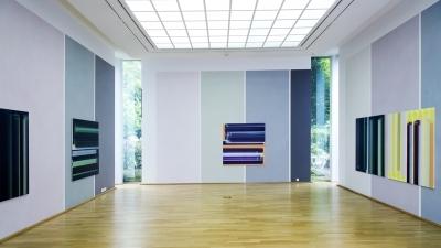 Elisabeth Sonneck, Grau stacc gliss / Acryl und Wachs-Harz-Lasuren auf 3 Wänden, 4.42 x 7.06 / 5.83 / 6.98 m; 7x Öl auf Leinwand je 145 x 145 cm; 3x Öl auf Leinwand je 40 x 40 cm; Kunstmuseum Ahlen, 17.5. - 26.7.2015 (Foto: Hubert Kemper)