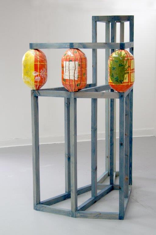 Oktavia Schreiner, Sie waren unter sich, Keramik Holz, 220 x 175 x 100 cm