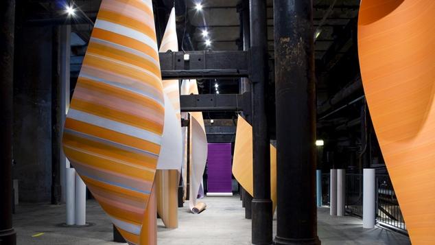 Elisabeth Sonneck, Rollbild29 staccato flux dunkelweiss orangeviolett | Öl auf Papier, je 110 x 500/950 cm, Ösen, Nylonschnur, Österreichisches Papiermacher Museum Steyrermühl (A), 9.7. - 20.9.2017