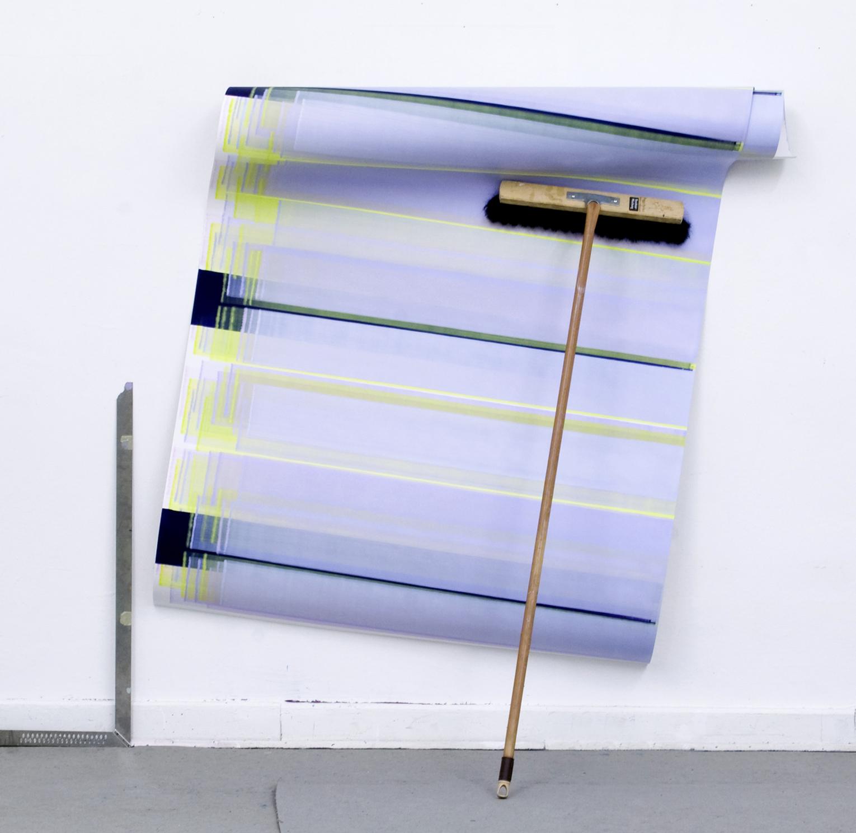 Elisabeth Sonneck, Rollbild60 Peggy Perfect, 2019, Öl auf Papier, 110 x 220 cm, gebrauchter Besen und Winkelmaß