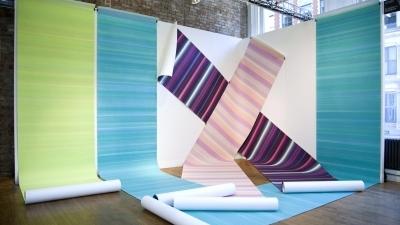 Elisabeth Sonneck, tritone / Öl auf Papier, 5 Bahnen je 6.50 und 8.00 x 1.10 m, foldback clips; Wände 2.75 x 4.57 und 3.05 m; VOLTA NY, mit Brunnhofer Galerie, New York, 6.3. - 9.3.2014 (Foto: David Willems)