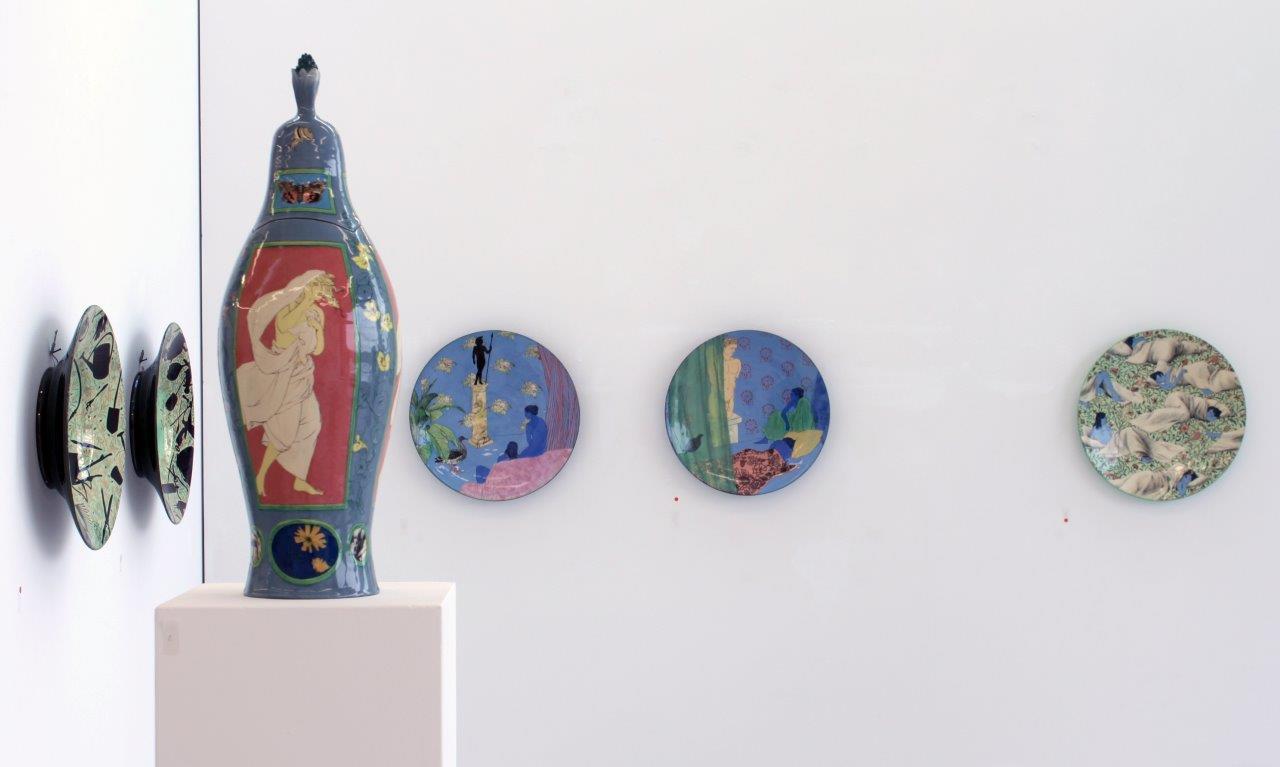 """Grita Götze, Ausstellungsansicht """"Lexikon der Wunder"""", 2017, mit Moritz Götze"""