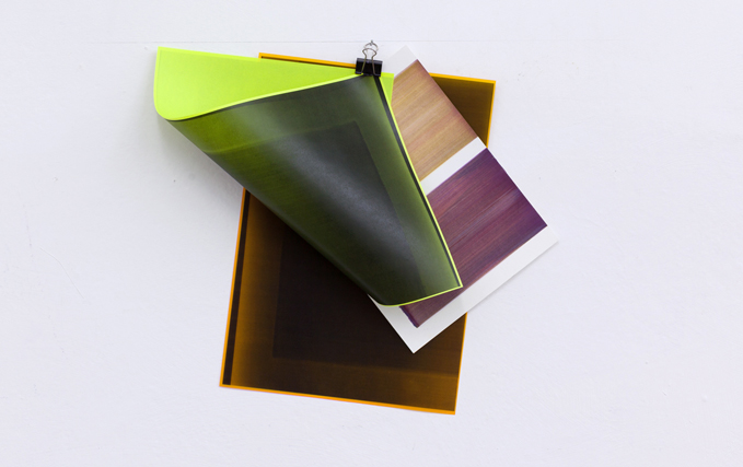 Elisabeth Sonneck, clipage #17-1.5 (variabel) | Jan. 2017, Bleistift auf Wand, Gouache auf Papier, 23 x 31 cm, 2 SW-Kopien (Öl auf Pergament) je Din A3, foldback clip