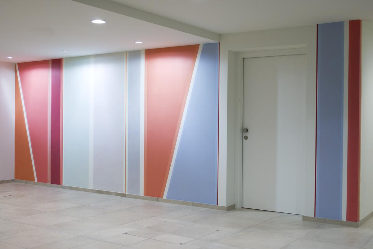 Elisabeth Sonneck, Red Values, 2016, Acryl und Wachs-Harz-Lasuren auf 2 Wänden, Eingang Untergeschoss, Arbeiterkammer Jägermayrhof, Linz