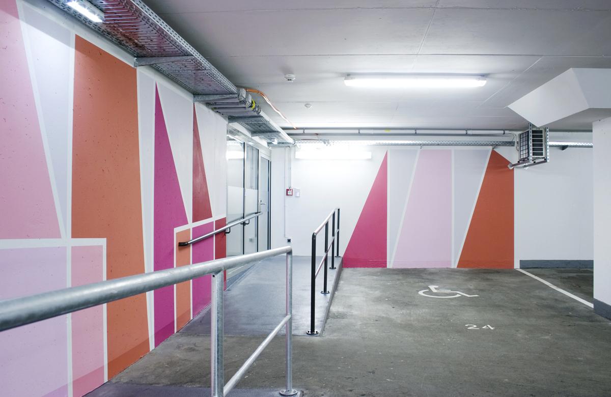 Elisabeth Sonneck, Red Values, 2016, Dispersionsfarbe auf 2 Wänden, Tiefgarage Eingang, Arbeiterkammer Jägermayrhof, Linz